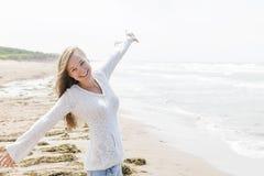 少妇愉快在海滩 库存图片