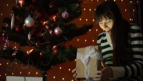 少妇打开礼物盒在圣诞树下 股票录像