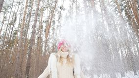 少妇投掷雪与好的微笑在冬天森林里 股票视频