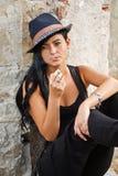 少妇抽烟 免版税库存图片