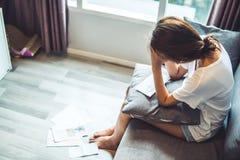 少妇担心加起的票据和的debr 无法支付信用卡和贷款 免版税库存照片