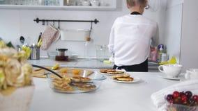 少妇拉出板材新近地煮熟的薄煎饼 影视素材