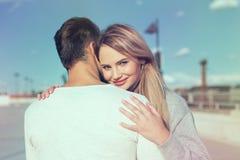 少妇拥抱的偶然人和微笑 库存照片