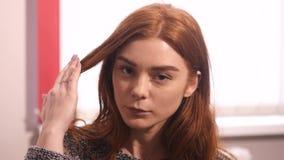 少妇接触她的看照相机的头发 股票录像