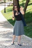 少妇摄影师,游人拿着一台照相机并且显示 免版税库存照片