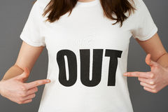 少妇支持者佩带的T恤杉打印与口号 图库摄影