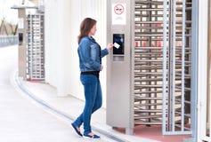少妇放卡片入读者系统 免版税库存图片