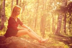 少妇放松室外在晴朗的森林里 库存照片