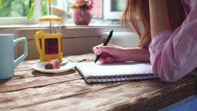 少妇文字看法在笔记本的在木书桌上 股票录像