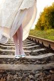 少妇新娘` s在铁路,室外夏天的自然走, 库存照片