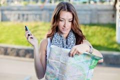少妇旅游举行的纸地图 免版税库存照片