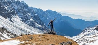 少妇旅游背包徒步旅行者常设山边缘全景 库存图片