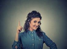 少妇有想法,指向与手指 免版税库存照片