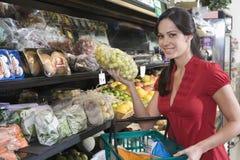 少妇果子购物在超级市场 免版税库存图片