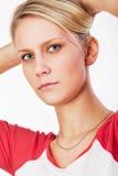 少妇检查她的头发 免版税库存图片