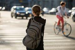 少妇横穿街道 免版税库存照片