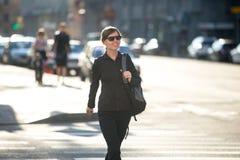 少妇横穿路 免版税图库摄影