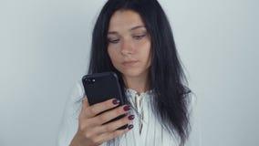 少妇浅黑肤色的男人画象使用智能手机的在白色背景 股票录像