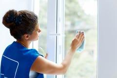 少妇清洁玻璃窗 Cleaning Company工作者 免版税库存图片