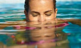 少妇游泳 免版税图库摄影