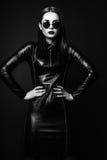 少妇演播室照片黑背景的 黑色和丝毫 免版税库存图片