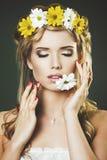 少妇演播室画象有花卉花圈的 免版税库存照片