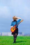少妇照片有吉他的 免版税库存照片