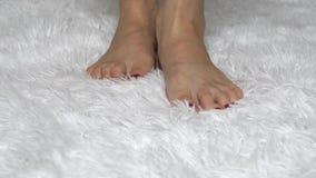 少妇特写镜头的腿在白色地板上的 秀丽和健康的概念 影视素材