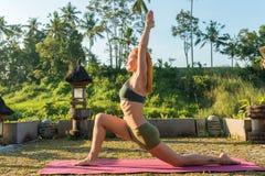 少妇瑜伽舒展 免版税库存图片