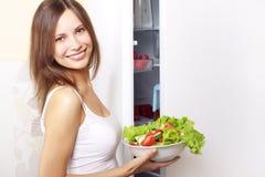 少妇用健康沙拉 免版税库存照片