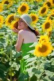 少妇用在向日葵领域的向日葵。 库存图片