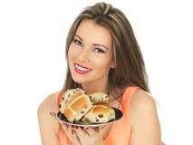少妇用复活节十字面包 免版税库存照片