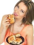 少妇用复活节十字面包 免版税库存图片
