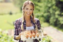 少妇用新鲜的有机鸡蛋 图库摄影