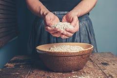 少妇用燕麦 免版税图库摄影