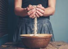 少妇用燕麦 免版税库存照片