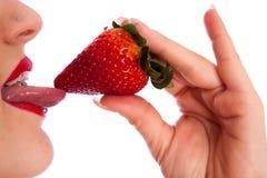 少妇用草莓 图库摄影