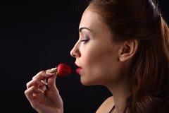 少妇用草莓 免版税库存照片