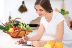 少妇由片剂计算机和信用卡做网上购物 免版税库存图片