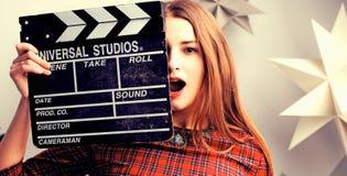 少妇电影导演画象 在女孩的面孔的美好的紫色颜色 库存图片