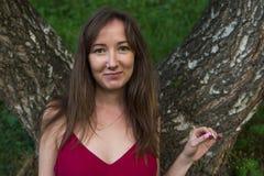 少妇画象在山的一个夏天森林里 相当 图库摄影