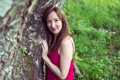 少妇画象在山的一个夏天森林里 相当 库存图片