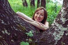 少妇画象在山的一个夏天森林里 相当 免版税库存图片
