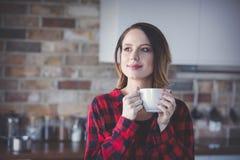 少妇画象有茶的或咖啡 免版税库存照片