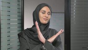 少妇画象黑hijab陈列停车牌的,反感,拒绝姿态,不同意标志,横渡手60 股票录像