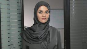 少妇画象黑hijab陈列停车牌的,反感,拒绝姿态,不同意标志60 fps 股票视频
