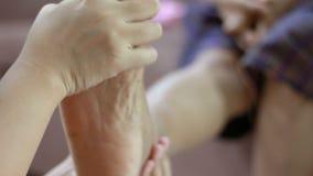 少妇的手轻轻地接触按摩到脚老妇人隐喻的腿和身体医疗保健和疗法的脚腕和概念 股票视频