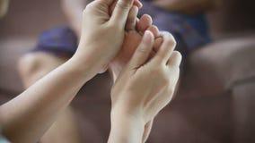 少妇的手轻轻地接触按摩对老妇人隐喻和家庭ol概念和疗法的脚身体医疗保健的  影视素材