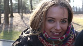 少妇的眼睛,当她微笑,她的头发在风吹 股票视频
