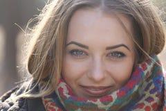 少妇的眼睛,当她微笑,她的头发在风吹 库存图片